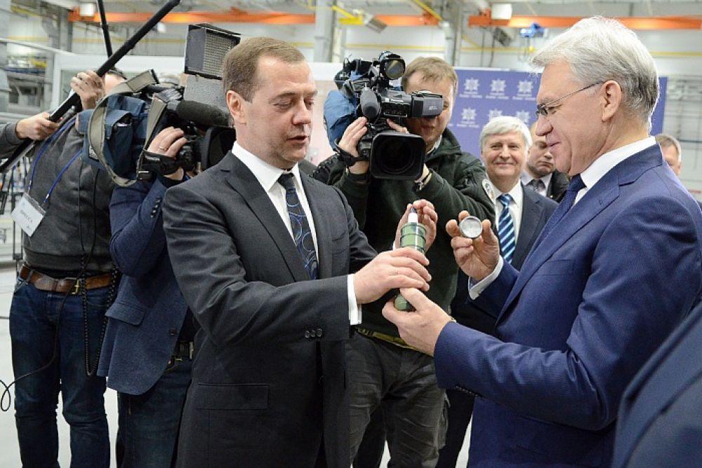 На память Дмитрию Медведеву подарили макет ракеты.
