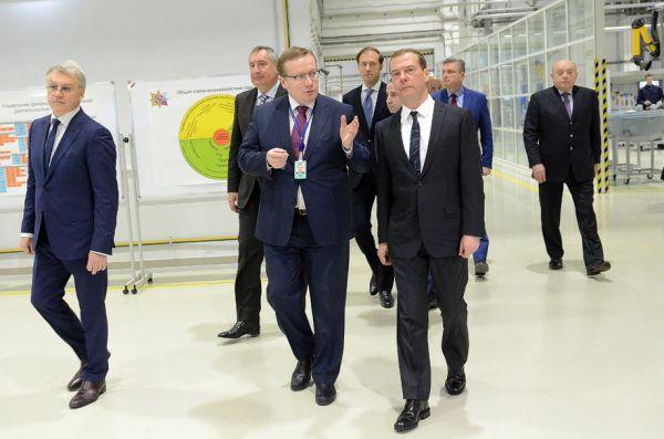 В первую очередь Медведев осмотрел завод, который запустили только в прошлом году.