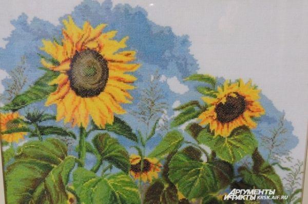Картину «Подсолнухи» рукодельница вышивала около двух месяцев.