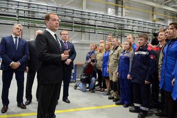 Премьер пообщался с сотрудниками и поинтересовался условиями их работы.