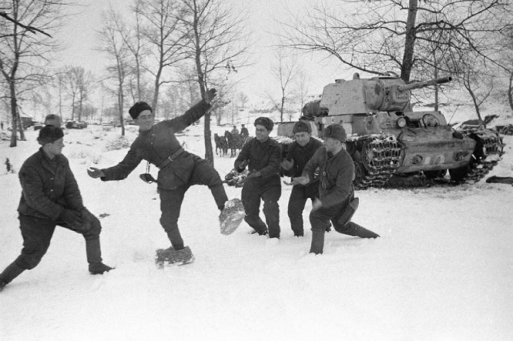 Русский солдат примеряет на себя лапти, которые солдаты немецкой армии делали, чтобы спастись от холода.