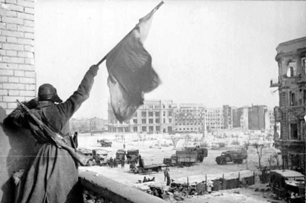 Флаг над освобождённым городом, Сталинград, конец января 1943 года.