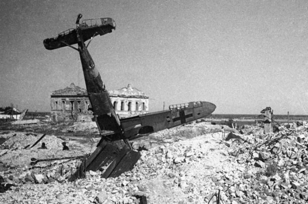 Гитлеровский самолет, сбитый в бою над Сталинградом.