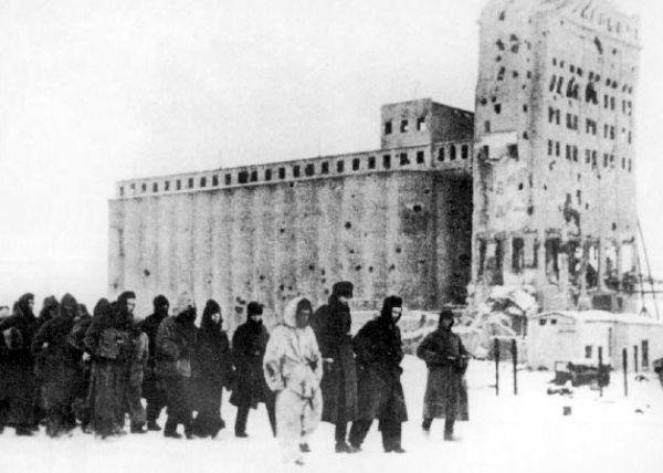Пленные немецкие солдаты. На заднем плане — большое здание элеватора.