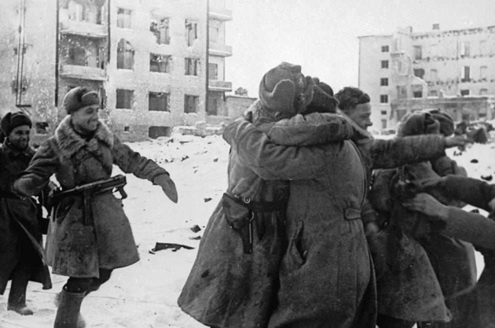 Встреча советских воинов в Сталинграде.