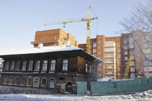 В Омске бараки еще довольно часто соседствуют с многоэтажками.