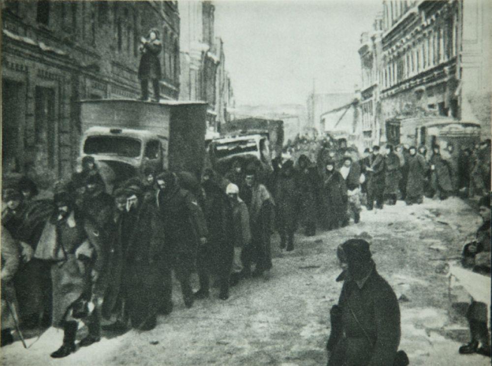 Колонна пленных немцев на улицах города.