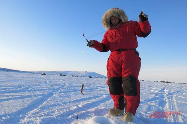 Одно из зимних развлечений на Чукотке – рыбалка.