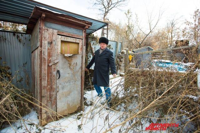 Вот таким туалетом десятилетиями пользовались жители улицы Калинина. Но теперь и он не «работает».