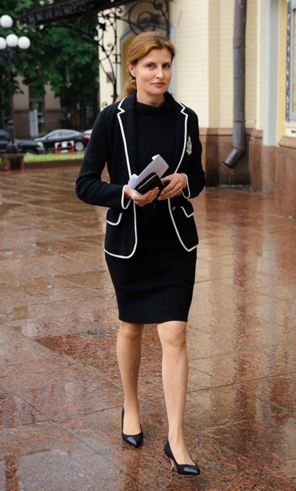 Заметно, что в одежде ей нравятся выделяющиеся линии. В таких нарядах она выглядит просто замечательно
