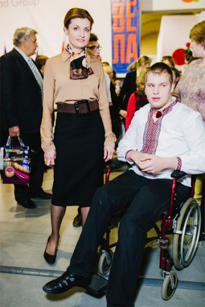 Элегантный легкий шарф в сочетании с черной юбкой-карандашом и блузкой в кофейных тонах делают супругу Петра Порошенко менее строгой и более элегантной