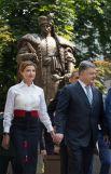 Кроме черно-белого, первая леди также предпочитает дополнять свои наряды красными оттенками