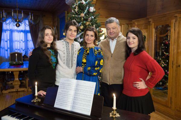 Это фото было сделано в канун Рождества. Все, кому нравится украинский этнический стиль одежды, будут в восторге от такой яркой пиксельной стилизации, которая очень к лицу Марине