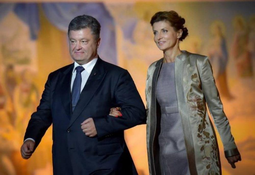 Марина со своим мужем Петром Порошенко. Видим, что первая леди выбрала наряд с интересным сочетанием цветов и принтов