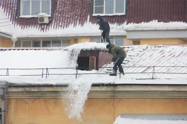 В Иркутске начали чистить крыши.