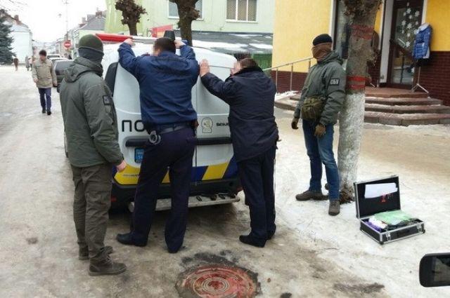 ВоЛьвовской области 3-х полицейских задержали впроцессе взятки