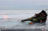 Высокий столб пламени говорит о наличии газов в воде Байкала.
