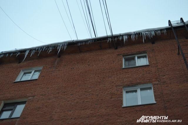 Тюменский школьник получил травмы в итоге схода снега скрыши дома