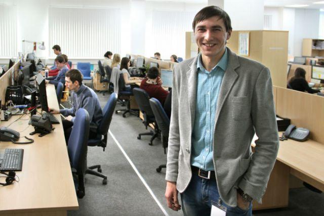 Максим Первушкин (в центре) работой в команде таких же молодых и активных сотрудников доволен и счастлив.