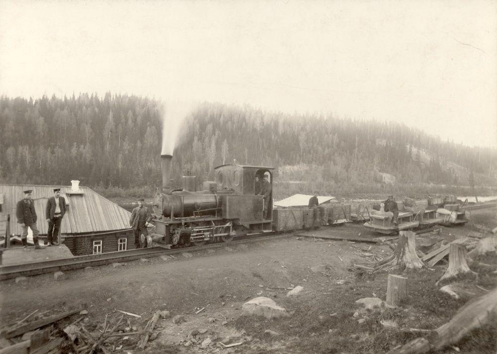 Паровоз и вагонетки во время доставки угля с копей братьев Бердинских на ст. Усьва