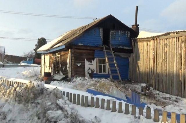 Два инспектора ДПС заметили возгорание кровли частного дома.