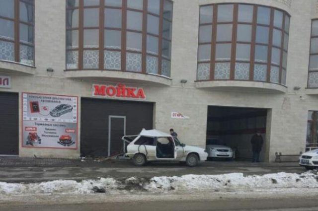 НаСтаврополье девушка зарулем ВАЗа въехала вавтомойку