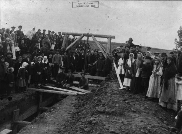 Рабочие во время закладки канализации в г. Перми
