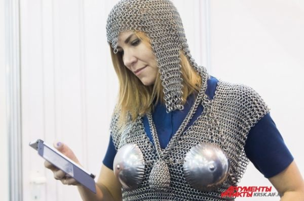 Современные девушки не прочь примерить костюм средневекового рыцаря.