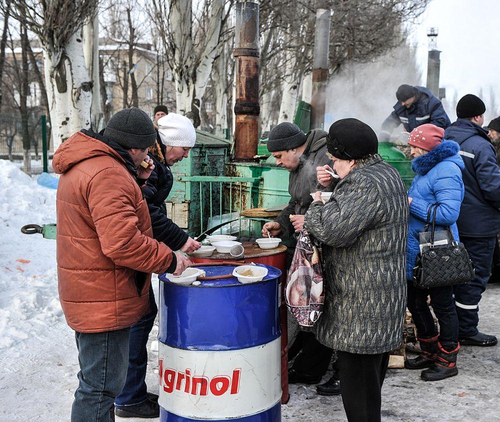 Как видим, из-за того, что в городе нет электричества и местами пропадает водоснабжение, населению Авдеевки приходится кушать на улице