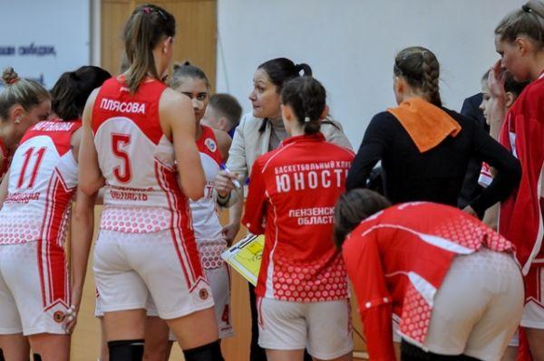 Тренер «Юности» Татьяна Пашкова дает наставление своим подопечным в тайм-ауте.