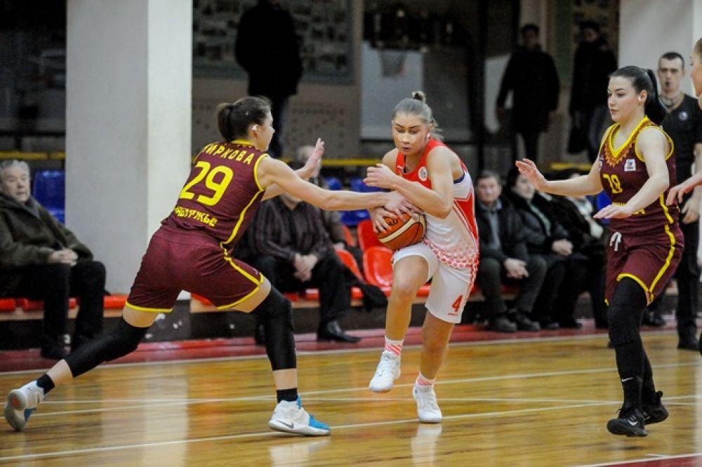Юлия Калугина в борьбе за мяч.