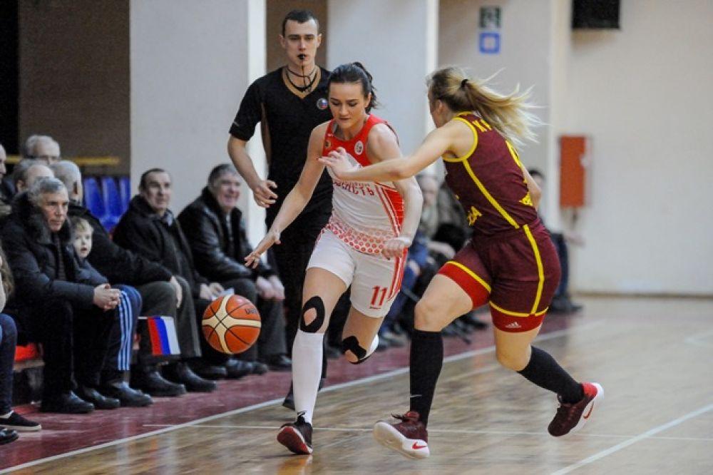 Полина Мартынова в атаке.