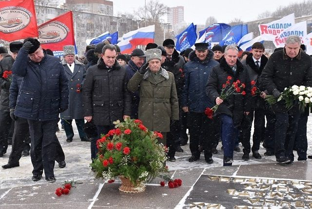 После официальной части собравшиеся возложили цветы к Монументу воинской и трудовой Славы.