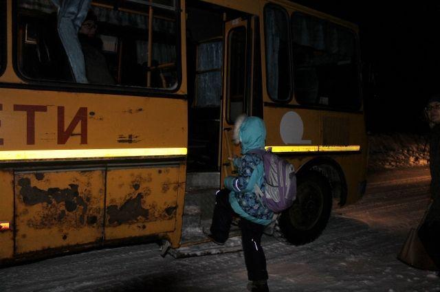 Шаг в потрёпанный автобус прямо с обочины дороги - так путешествуют в школу некоторые ученики Саракташского района.