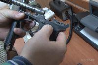 При обыске у фигурантов нашли целый склад оружия.