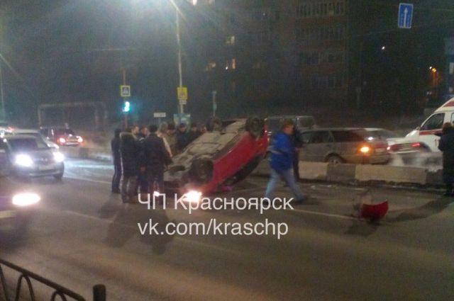 ВКрасноярске иностранная машина врезалась вразделитель иперевернулась