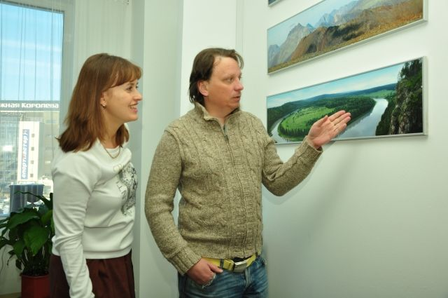 Леонид Круглов показывает фотографию реки Чусовой, где он был.