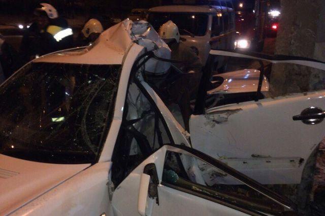 ВВолгограде Mercedes разорвало пополам отудара встолб