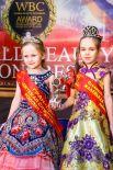 Юные леди - сестрички Арина и Полина Обуховы - тоже участницы церемонии.