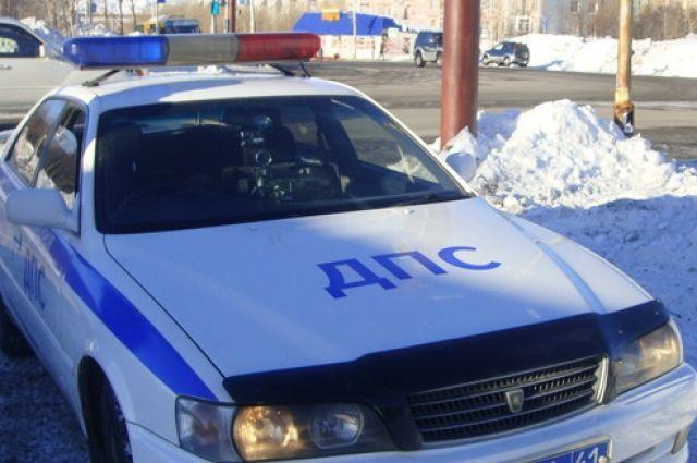 В ДТП с лесовозом и автобусом разбираются полицейские.