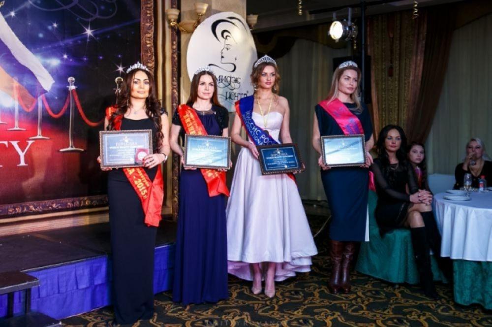 Фото на память с наградами первой премии «Признание красоты и успеха».