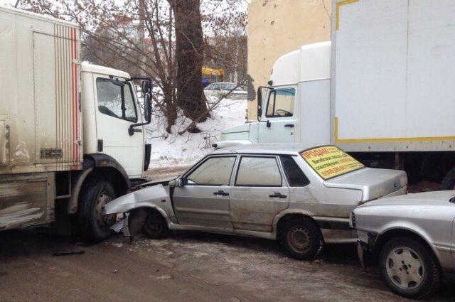 Грузовой автомобиль изБрянска вступил в«сражение» стремя машинами вСмоленске