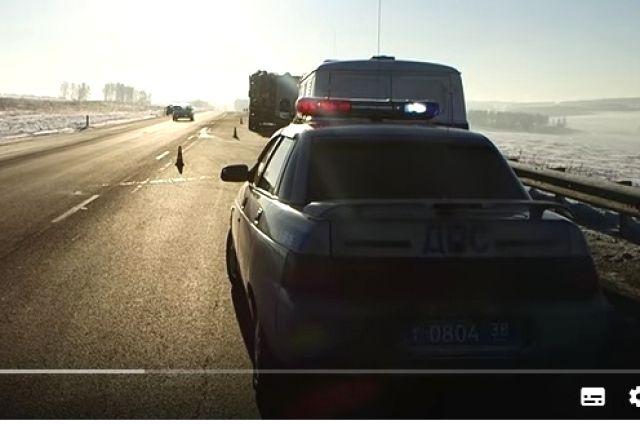 На месте аварии со смертельным исходом работают полицейские.