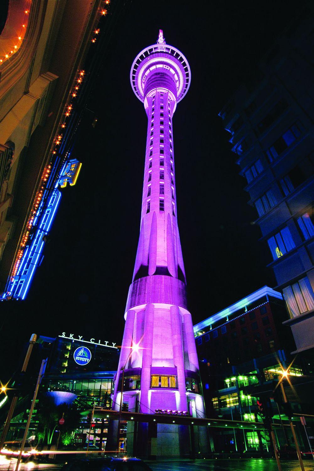 Это Скай-Тауэр, символ Новой Зеландии. Высота башни - 328 метров. Интересно, что помимо того, что лифты могут доставить вас на самый верх за 40 секунд, так у них еще кроме стеклянных стен есть и стеклянный пол!