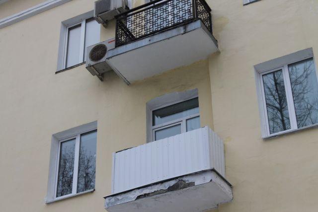 ВКемерове небольшой ребенок пытался выйти наулицу через балкон