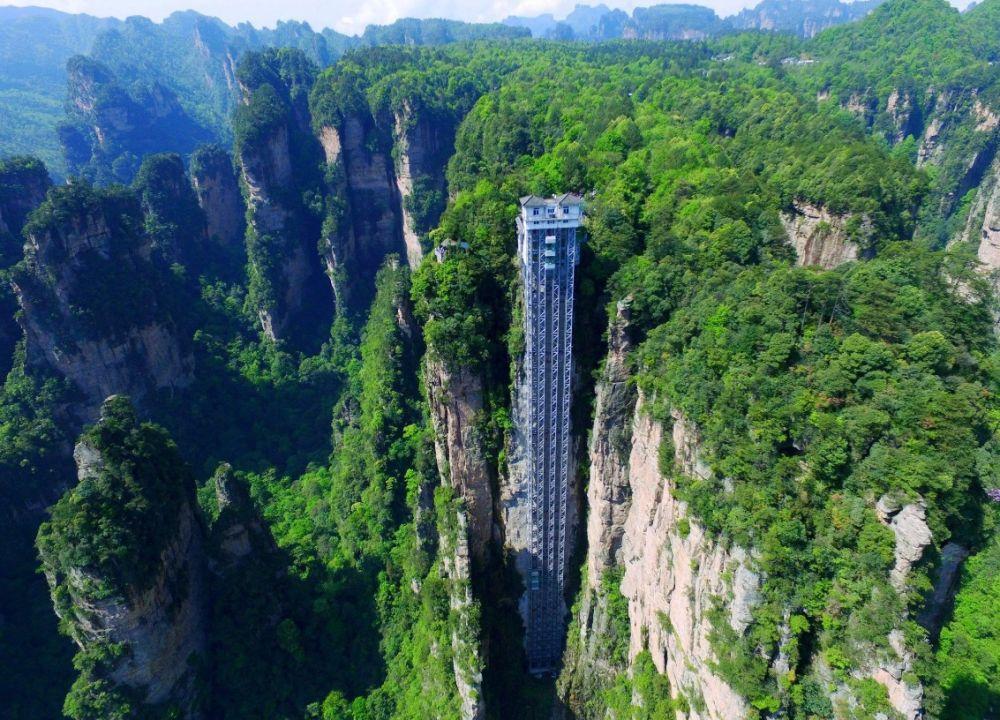 В Китае есть лифт Байлонг, у которого прозрачные двухэтажные кабины. Этот лифт находится прямо в скалах и его высота - 360 метров!