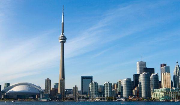 В 553-метровой башне Си-Эн Тауэр, которая находится в канадском Торонто, лифты оборудованы стеклянной стенкой, чтобы посетители могли наслаждаться видами города, поднимаясь наверх