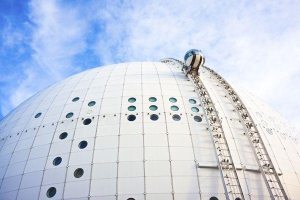 Высота ее составляет 85 метров, а лифты доставляют пассажиров наверх за 20 минут, что дает им возможность насладиться видами Стокгольма