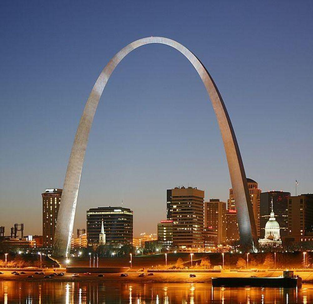 Это самая высокая арка в мире, которая находится в США. Высота ее составляет 192 метра. Представьте себе, в ней есть лифты, которые так и ходят по дуге. Технически, это восемь вагончиков, которые доставляют по пять человек каждый