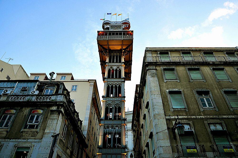 Один из самых красивых и старых лифтов в мире находится в Португалии. Элевадор-ди-Санта-Жушта был сделан еще в 1902 году и его архитектура впечатляет